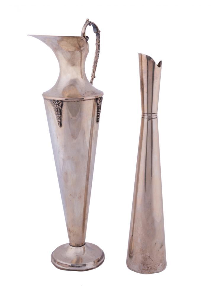 Lotto di un portafiori e una brocca in argento | Silver vase and jug