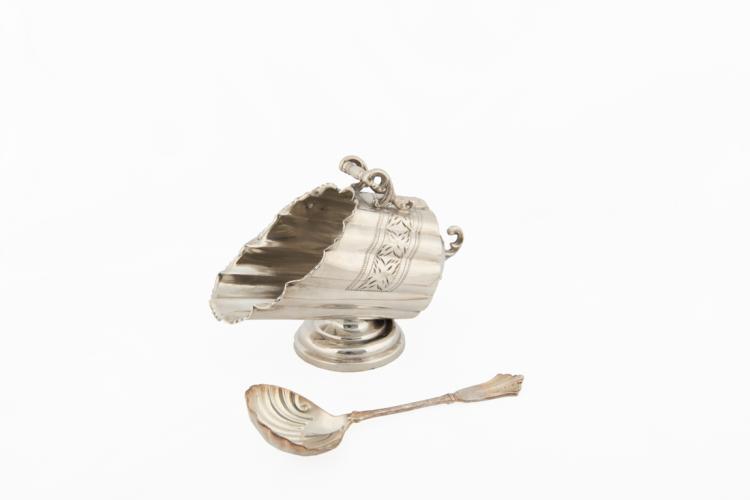 Formaggiera in metallo argentato e cucchiaio in argento | Cheese bowl in silver metal and silver spoon