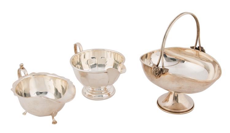 Cestino con manico una cremiera e una piccola salsiera in argento | Lot composed of one basket with handle a cream bowl and a small silver gravy boat