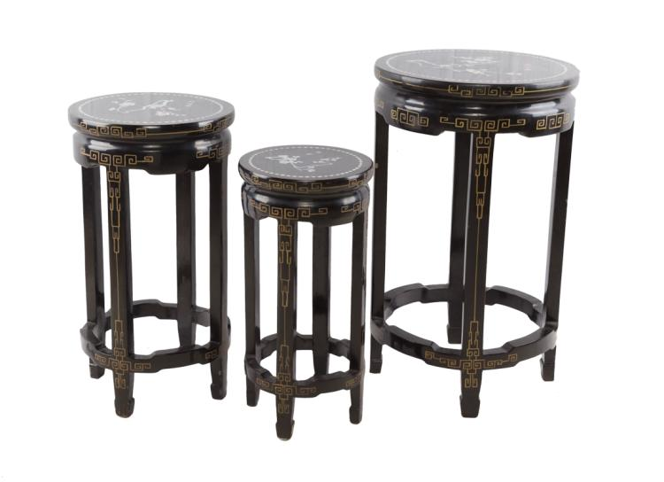 Tre tavolinetti nido in legno laccato nero, Cina XX secolo | Three little tables in black lacquered wood, China XX Century