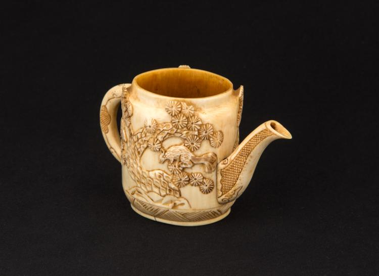 Piccola teiera in avorio intagliato a forma di alberi con scoiattoli h. cm 6 | Small ivory teapot carved in the shape of trees with squirrels h. 6 cm
