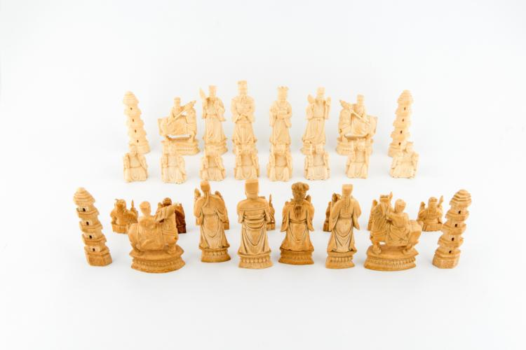 32 pezzi di scacchi cinesi in avorio, fine XIX secolo | 32 pieces of Chinese ivory chess