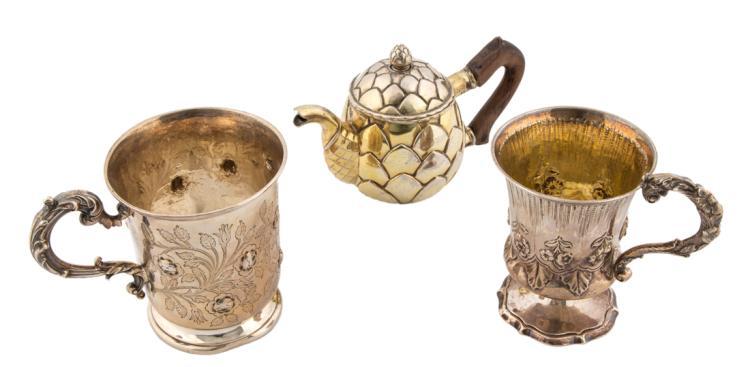 Due piccoli lady tankard ed una egoiste in argento | Two silver small lady tankard and a coffe pot.
