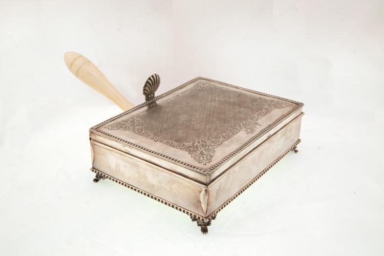 Vassoio per pane caldo in argento con manico in avorio | Silver tray for warm bread with a handle made of ivory
