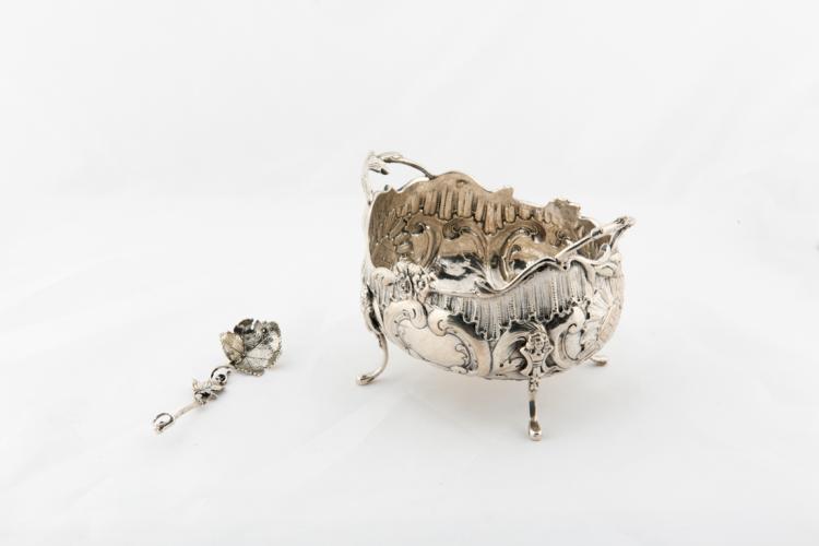 Zuccheriera in argento cesellato e sbalzato | Chased and embossed silver sugar bowl