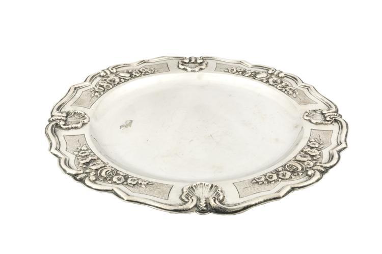 Piatto tondo in argento sbalzato | Embossed silver round plate