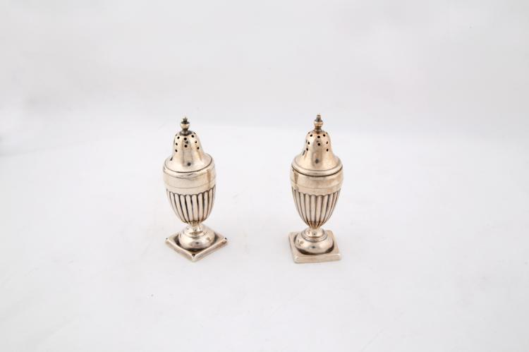 Lotto di due piccoli spargizucchero in argento | Lot of two small silver salt shaker