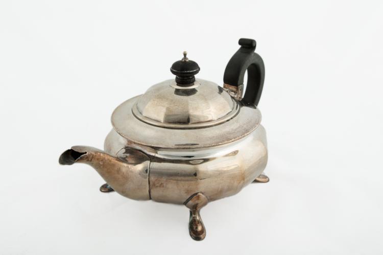 Teiera in Sheffield con manico e pomello in legno ebanizzato   Sheffield teapot with wooden ebonized handle and knob