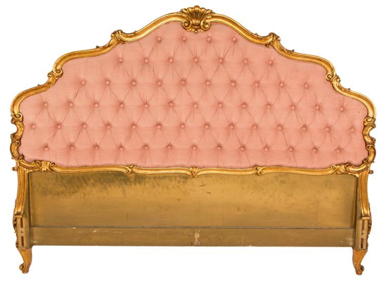 Letto in legno dorato con spalliera imbottita in tessuto rosa | Gilded wooden bed