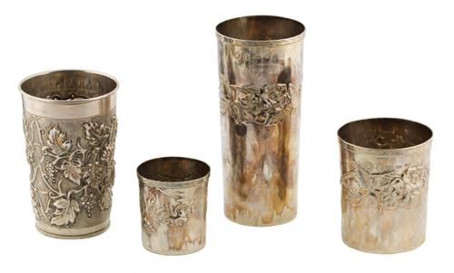 | Lotto di quattro bicchieri in argento sbalzato |
