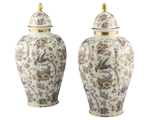 | Coppia di Potiche in porcellana inizi XX secolo | Couple of polychrome porcelain potiches with lids