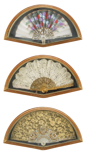 | Lotto di tre antichi ventagli | Three antique fans with framed in gilded wood