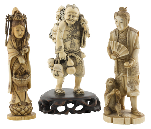 | Lotto di tre sculture in avorio Giappone XIX secolo | Three ivory Okimono carvings