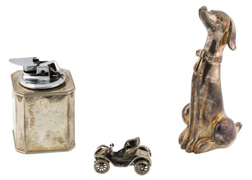 | Lotto di un accendino, una macchinina e un cane in argento |