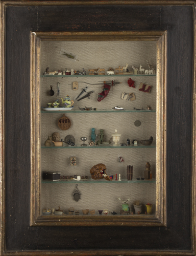 | Vetrinetta in legno dipinto con oggetti in miniatura | Painted wooden cabinet with miniature items