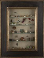 | Vetrinetta in legno dipinto con oggetti in miniatura | Painted wooden cabinet with miniature items