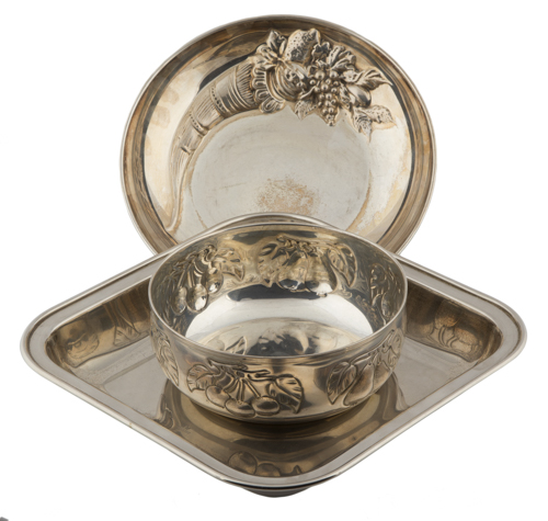 | Lotto di tre vassoi in metallo argentato | Three silver-plated Trays