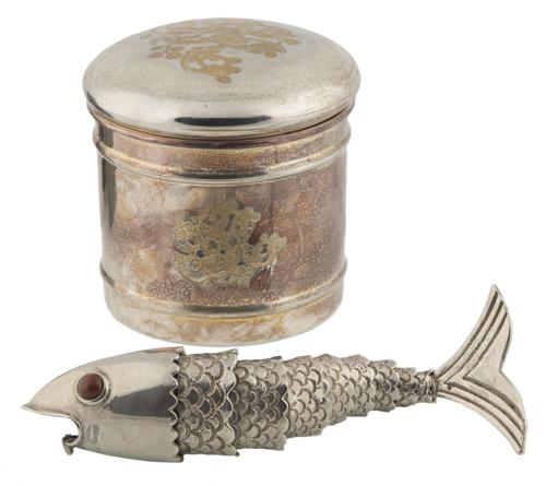 | Lotto di una scatola con coperchio e un pesce in metallo argentato | Silver-metal items