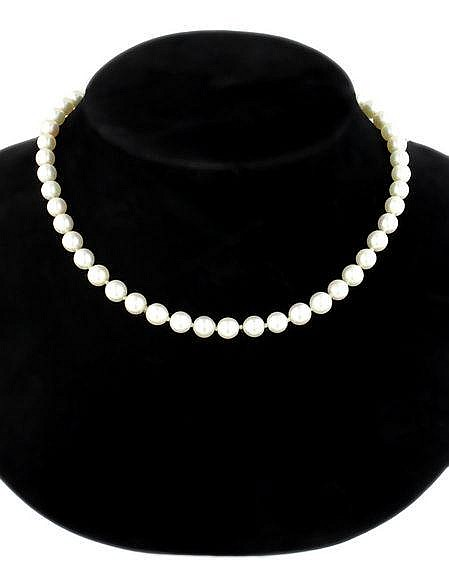 A single row pearl necklace  the forty-nine round