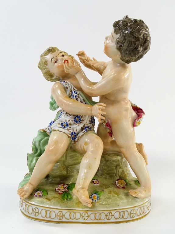 19TH CENTURY ROYAL VIENNA PORCELAIN PUTTI GROUP