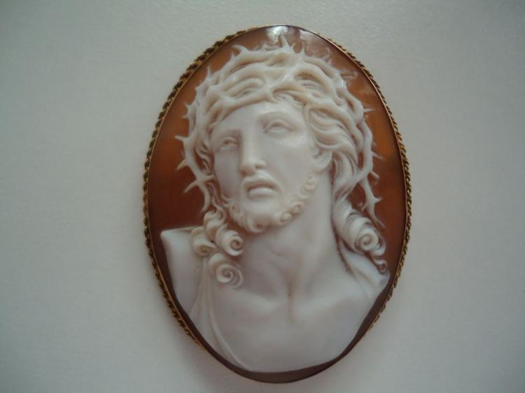 FINELY CARVED SHELL CAMEO OF CHRIST WITH 18KT YELLOW GOLD BEZEL, CAN BE PIN OR PENDANT