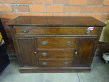 MAHOGANY BUFFET, CIRCA 1940 WITH A SINGLE LONG DRAWER OVER 3 CENTER DRAWERS FLANKED BY 2 DOORS, 50