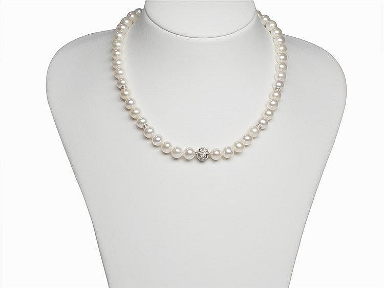 A Freshwater Pearl Necklace 8.5 - 9 mm, 18K Diamond Gold Clasp