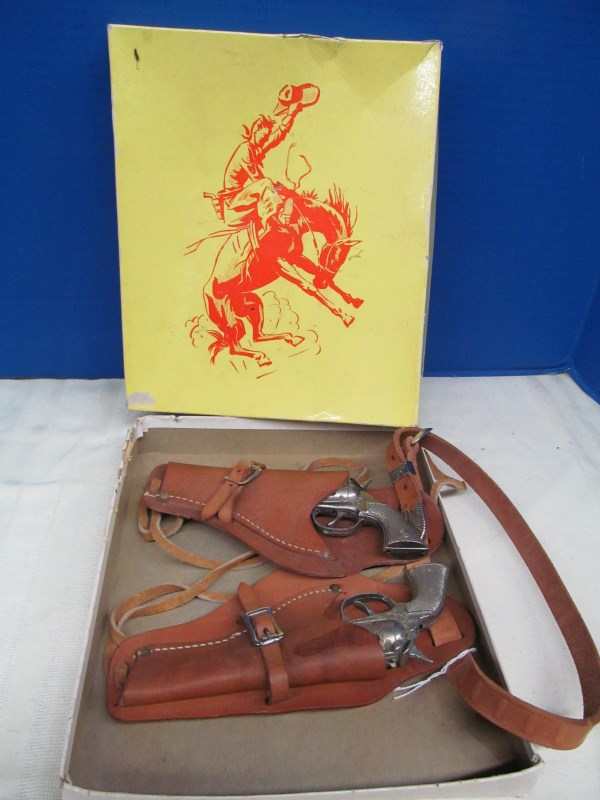 VINTAGE TOP GRAIN STEER HIDE COWBOY HOLSTER SET IN ORIGINAL BOX ~ 2 TOY CAP GUNS w/DOUBLE HOLSTER SET