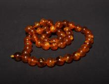 AN AMBER NECKLACE , Qing Dynasty