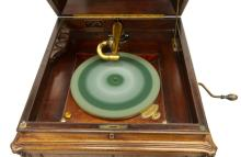 Lot 514: VICTROLA MAHOGANY STANDUP WINDUP PHONOGRAPH