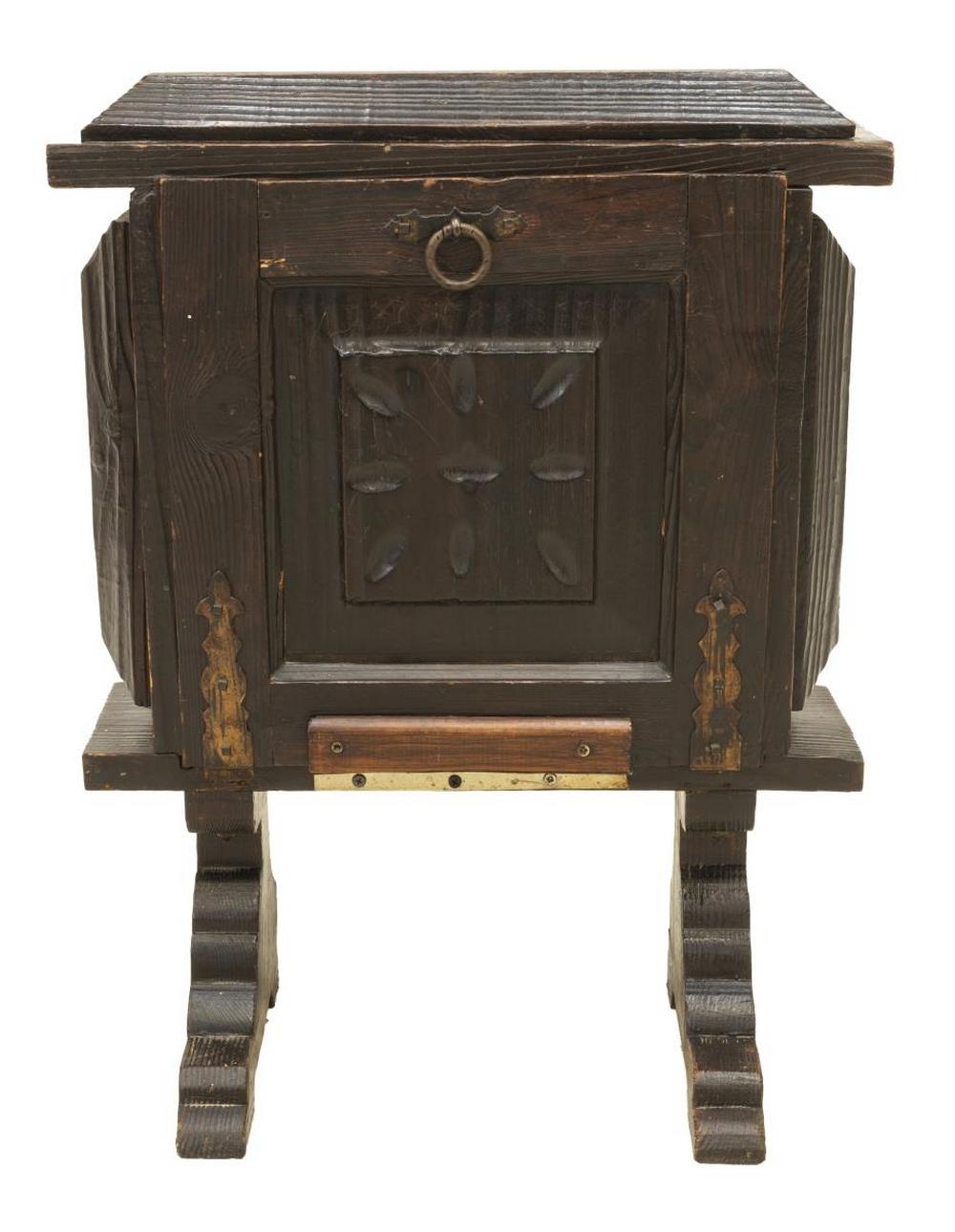 Lot 590: VINTAGE TABLE-TOP BAR / BOTTLE CABINET