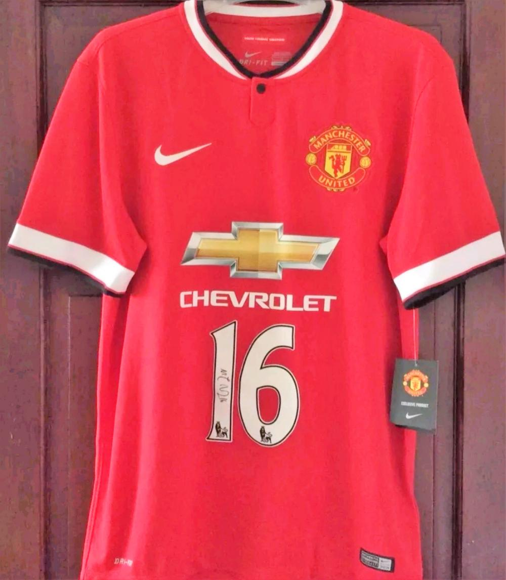 Lot 59 - Signed Manchester United Shirt of former Club Captain Michael Carrick.