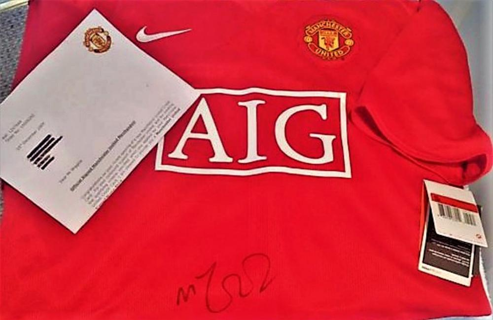 Lot 161: Manchester United Signed Michael Carrick Shirt - Michael Carrick (born 28 July 1981) is an English professional footballer who plays for Manchester United, whom he also captains, and the England national team. Carrick primarily plays as a