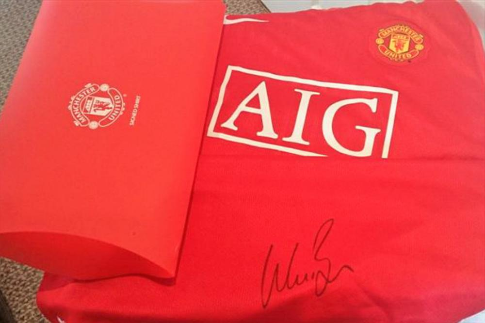 Lot 173: Wes Brown signed Manchester United Football Shirt - Wesley Michael Brown (born 13 October 1979) is an English professional footballer who plays as a defender for Indian club Kerala Blasters.