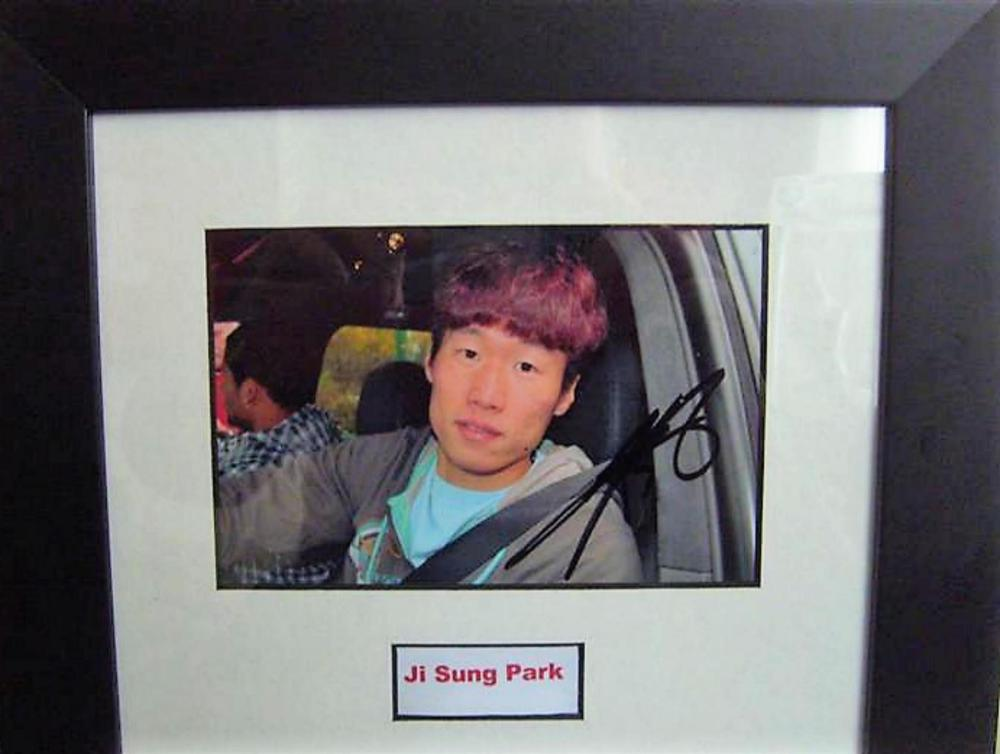 Lot 195: Signed framed photo of  Manchester Uniteds  former player -  Ji Sung Park.