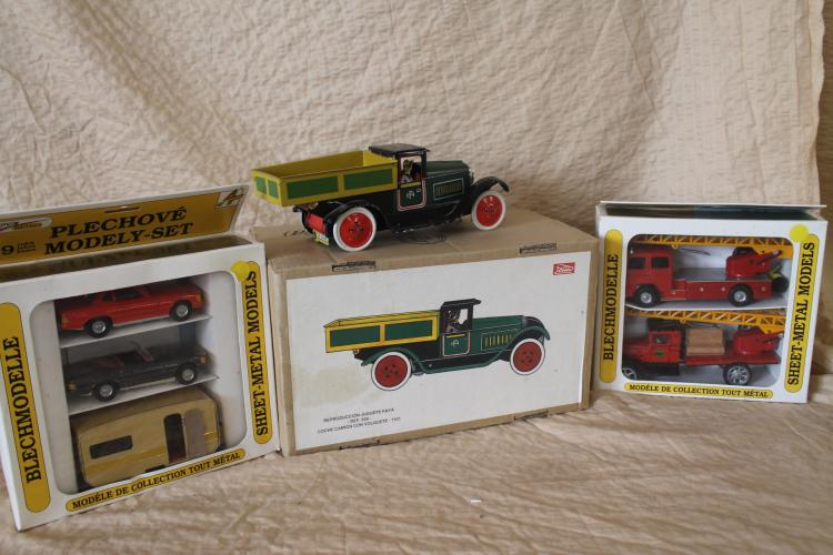Lot of tin toy trucks