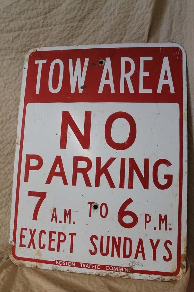 TOW AREA sign