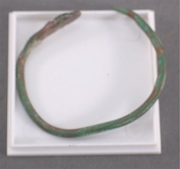 Römischer Armreif mit Schlangenkopf aus Bronze