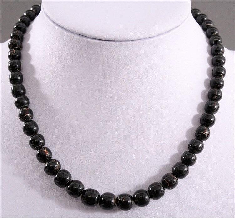 Antike Halskette aus schwarzer Koralle