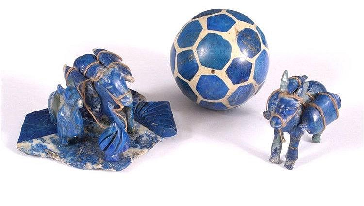 2 Skulpturen und 1 Fußball aus Lapislazuli gefertigt