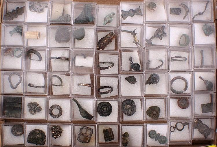 65 Römische Schmuckteile aus Bronze