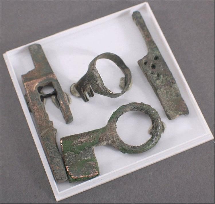 2 Römische Schubriegel und Schlüssel aus Bronze