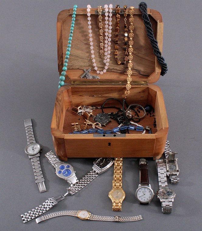 Holzschatulle mit Schmuck und Uhren