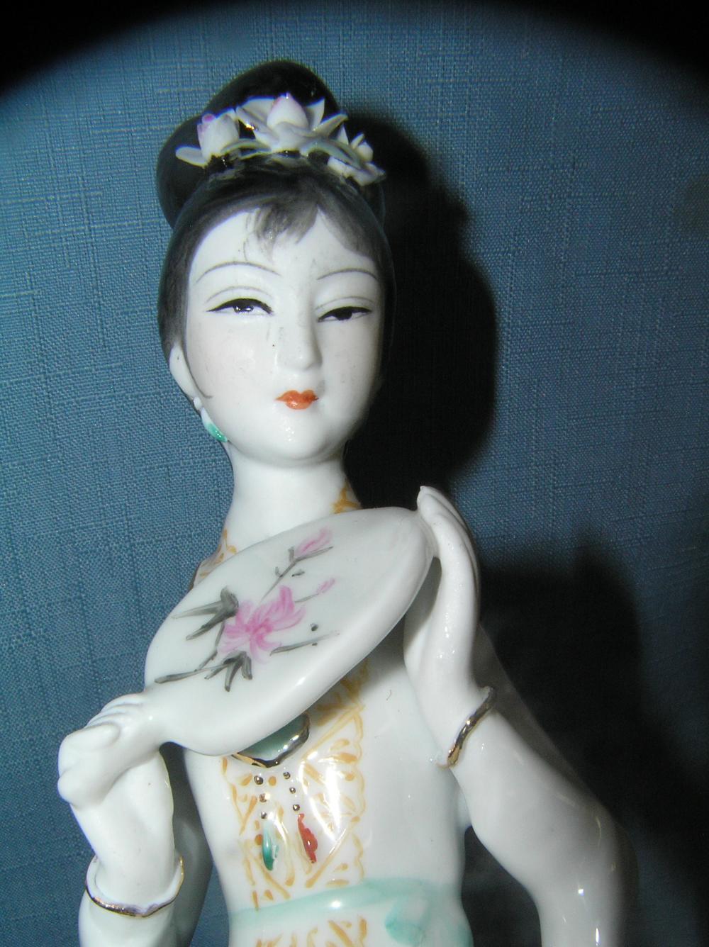 Lot 101: PORCELAIN HAND PAINTED GEISHA GIRL FIGURINE