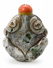 A toad-shaped Chinese tobacco jar in carved chalcedony agate with pearls eyes, from the early 20th Century Coral tap