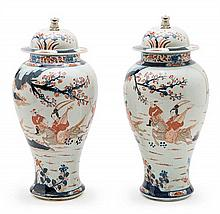 A pair of porcelain Chinese jars, from the early 20th Century with covers