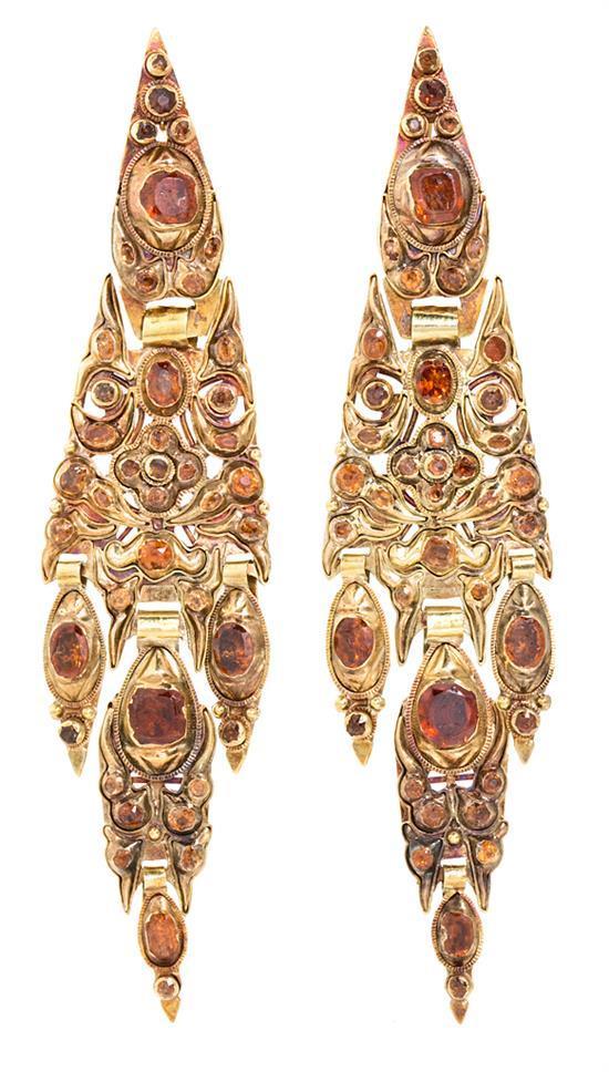 Pendientes largos en oro y granates, del siglo XIX