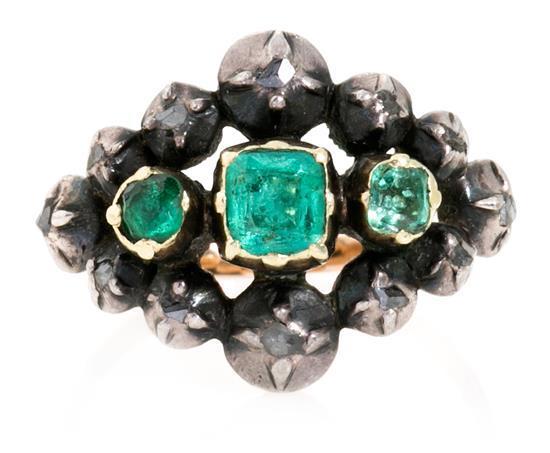 Conjunto de pendientes y sortija de esmeraldas y broche isabelino de diamantes, del siglo XIX