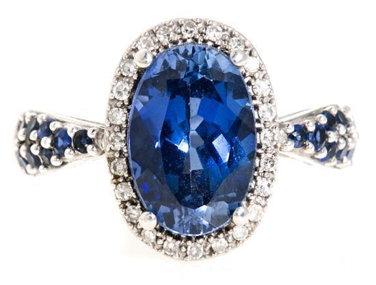 Sortija de zafiro central y diamantes