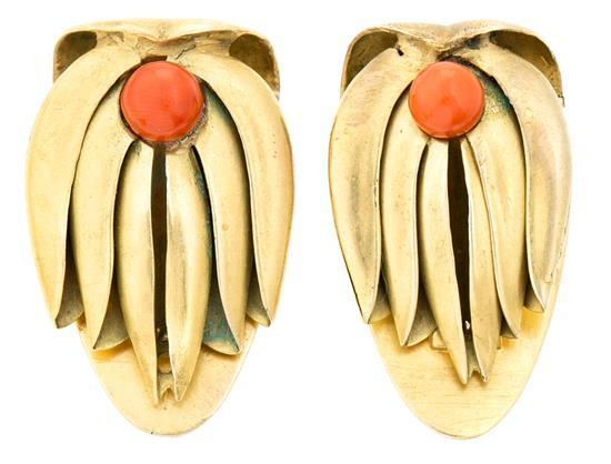 Jaume Mercadé Valls 1889 - Barcelona 1967. Broche doble clip, hacia 1930 Plata dorada y coralina. Firmado. 3,3x2 cm. 26,5 gr